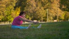 Ώριμη γυναίκα που κάνει τις ασκήσεις φιλμ μικρού μήκους