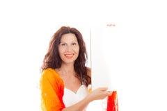 Ώριμη γυναίκα που κρατά τον κενό πίνακα Στοκ Φωτογραφία