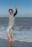 Ώριμη γυναίκα που κυματίζει από τη θάλασσα Στοκ φωτογραφία με δικαίωμα ελεύθερης χρήσης