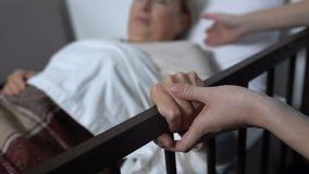 Ώριμη γυναίκα που ξεπερνά το κρεβάτι με τη βοήθεια του χρόνου νοσοκόμων καταρχάς μετά από τη χειρουργική επέμβαση φιλμ μικρού μήκους