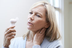 Ώριμη γυναίκα που δοκιμάζει την καυτή εκροή από την εμμηνόπαυση Στοκ Εικόνα