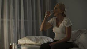 Ώριμη γυναίκα που πάσχει από την κατάθλιψη που παίρνει τα αντικαταθλιπτικά χάπια στην ηρεμία κάτω φιλμ μικρού μήκους