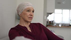 Ώριμη γυναίκα που πάσχει από τον καρκίνο απόθεμα βίντεο