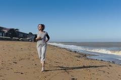 Ώριμη γυναίκα που τρέχει στην παραλία Στοκ εικόνα με δικαίωμα ελεύθερης χρήσης