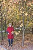 Ώριμη γυναίκα σε μια κόκκινη ζακέτα στοκ εικόνα με δικαίωμα ελεύθερης χρήσης