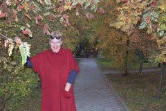 Ώριμη γυναίκα σε μια κόκκινη ζακέτα στοκ φωτογραφίες