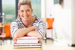 Ώριμη γυναίκα σπουδαστής που μελετά στην τάξη με τα βιβλία Στοκ Εικόνες