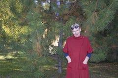 Ώριμη γυναίκα στην κόκκινη ζακέτα στοκ φωτογραφία με δικαίωμα ελεύθερης χρήσης