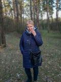 Ώριμη γυναίκα στην πλήρη αύξηση του δάσους στοκ εικόνα με δικαίωμα ελεύθερης χρήσης