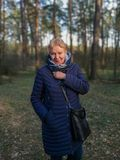 Ώριμη γυναίκα στην πλήρη αύξηση του δάσους στοκ φωτογραφία
