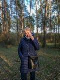 Ώριμη γυναίκα στην πλήρη αύξηση του δάσους στοκ φωτογραφία με δικαίωμα ελεύθερης χρήσης