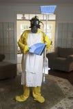 Ώριμη γυναίκα στο κοστούμι χαλιών Haz με το μπλε τηγάνι σκουπών και σκόνης Στοκ Φωτογραφία
