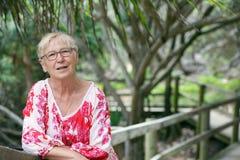 Ώριμη γυναίκα στο πάρκο στοκ φωτογραφία με δικαίωμα ελεύθερης χρήσης