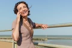 Ώριμη γυναίκα στο τηλέφωνο Στοκ εικόνα με δικαίωμα ελεύθερης χρήσης