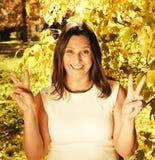 Ώριμη γυναίκα brunette ομορφιάς στο χαμόγελο πάρκων στοκ εικόνες