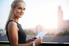 Ώριμη επιχειρηματίας που εργάζεται στην ταμπλέτα έξω Στοκ φωτογραφία με δικαίωμα ελεύθερης χρήσης