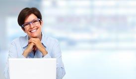 Ώριμη επιχειρησιακή κυρία με το lap-top Στοκ Φωτογραφίες