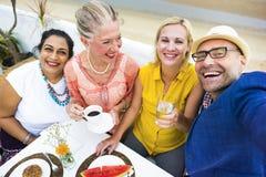 Ώριμη λεπτή δειπνώντας υπαίθρια έννοια φίλων Στοκ Εικόνα