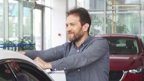 Ώριμη ευτυχής όμορφη τοποθέτηση ατόμων με το νέο αυτοκίνητό του φιλμ μικρού μήκους