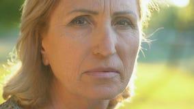 Ώριμη ζαρωμένη γιαγιά που εξετάζει τη κάμερα, φόβος για το μέλλον, σύνταξη απόθεμα βίντεο