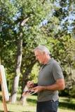 ώριμη ζωγραφική ατόμων κήπων Στοκ Φωτογραφία