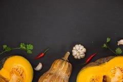 Ώριμη κολοκύθα, τεμαχισμένη κολοκύθα, κολοκύθα στον πίνακα Στοκ Φωτογραφίες