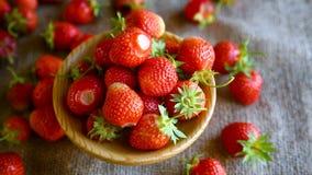 Ώριμη κόκκινη οργανική φράουλα απόθεμα βίντεο