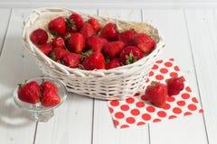 Ώριμη κόκκινη φράουλα στο άσπρο καλάθι στο άσπρο ξύλο Στοκ εικόνες με δικαίωμα ελεύθερης χρήσης
