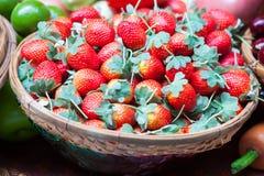 Ώριμη κόκκινη φράουλα στο καλάθι Στοκ Φωτογραφία