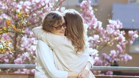 Ώριμη μητέρα που αγκαλιάζει την ενήλικη κόρη της Δύο γυναίκες συγχαίρουν η μια την άλλη στις διακοπές, πρωί άνοιξη ενάντια στο α απόθεμα βίντεο