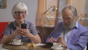 Ώριμη οικογένεια στο διαμέρισμα από κοινού απόθεμα βίντεο