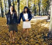 Ώριμη πραγματική μητέρα με την κόρη έξω από την πτώση φθινοπώρου στο πάρκο Στοκ φωτογραφίες με δικαίωμα ελεύθερης χρήσης