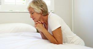 ώριμη προσευμένος γυναίκα απόθεμα βίντεο