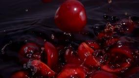 Ώριμη πτώση κερασιών στο χυμό φιλμ μικρού μήκους