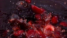 Ώριμη πτώση μισών μούρων κερασιών στο χυμό φιλμ μικρού μήκους