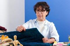 Ώριμη ράβοντας προσθήκη γυναικών brunette Στοκ Φωτογραφία