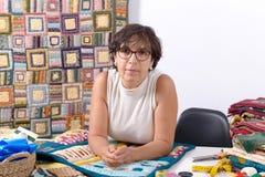 Ώριμη ράβοντας προσθήκη γυναικών brunette Στοκ φωτογραφία με δικαίωμα ελεύθερης χρήσης