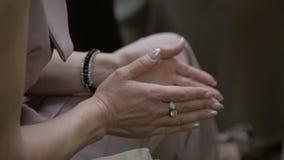 Ώριμη συνεδρίαση γυναικών στο ακροατήριο που χτυπά τα χέρια τους Τα χέρια κλείνουν επάνω φιλμ μικρού μήκους