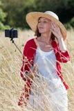 Ώριμη τοποθέτηση γυναικών για την επαρχία selfy και τις μνήμες διακοπών Στοκ Φωτογραφίες