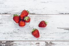 Ώριμη φράουλα που βρίσκεται στο σωρό στον ξύλινο πίνακα Στοκ Εικόνα