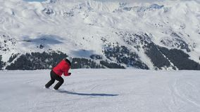 Ώριμη χάραξη σκιέρ γυναικών κάτω από την κλίση στο χιονοδρομικό κέντρο βουνών στο χειμώνα φιλμ μικρού μήκους