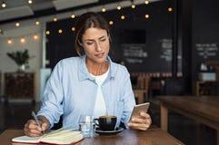 Ώριμη χαλάρωση γυναικών στον καφέ στοκ φωτογραφίες με δικαίωμα ελεύθερης χρήσης