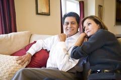 Ώριμη χαλάρωση ζευγών μαζί στον καναπέ στοκ εικόνες με δικαίωμα ελεύθερης χρήσης