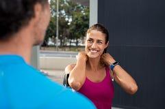 Ώριμη χαμογελώντας γυναίκα ικανότητας με τον άνδρα στοκ εικόνα με δικαίωμα ελεύθερης χρήσης