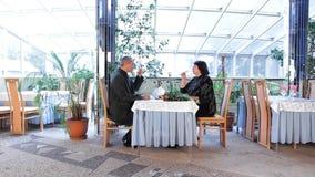 Ώριμη χαλάρωση ζεύγους σε ένα εστιατόριο απόθεμα βίντεο