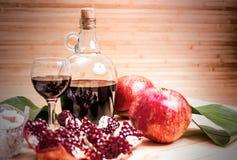Ώριμοι γρανάτης και κρασί Στοκ φωτογραφία με δικαίωμα ελεύθερης χρήσης