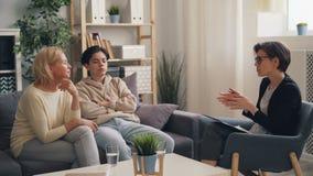 Ώριμοι κυρία και έφηβος γιος που συζητούν τα οικογενειακά προβλήματα με τον ψυχολόγο απόθεμα βίντεο