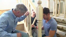 Ώριμοι σπουδαστές στην κατηγορία ξυλουργικής που λειτουργεί στη σκάλα απόθεμα βίντεο