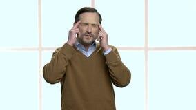 Ώριμος άνδρας υπάλληλος που πάσχει από τον πονοκέφαλο απόθεμα βίντεο