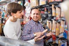 Ώριμος αρσενικός πελάτης και νέος πωλητής στη σχεδίαση του τμήματος Στοκ Φωτογραφία